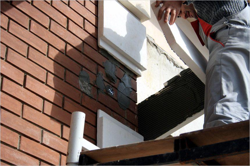 Гребенчатым шпателем (это важно) на обратную сторону фасадного элемента наносят клей