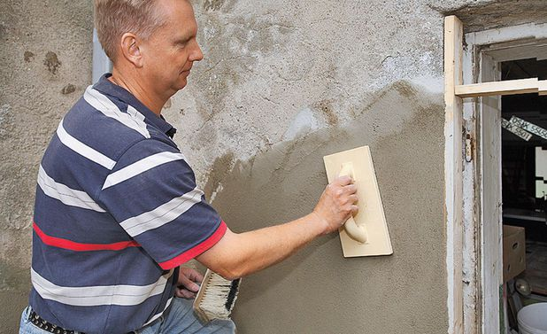 Когда поверхность подсохнет, ее выравнивают с помощью штукатурной терки
