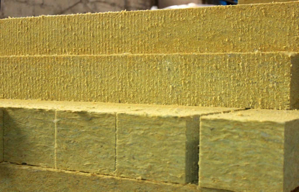 Минеральная вата – это волокнистый материал, который получают из расплавов горных пород, а также металлургических шлаков и их смесей