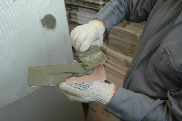 Наносим смесь на камень