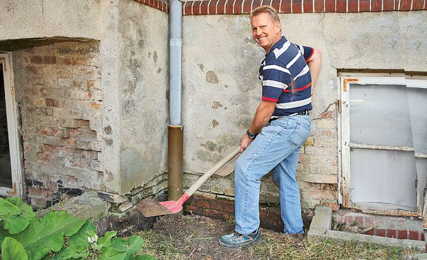 Освободите нижнюю часть стены от контакта с землей