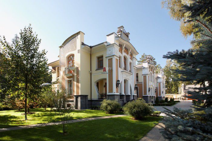 При строительстве фасада такого дома используют современные материалы. К ним относятся металл, керамика, стекло, бетон или железобетон