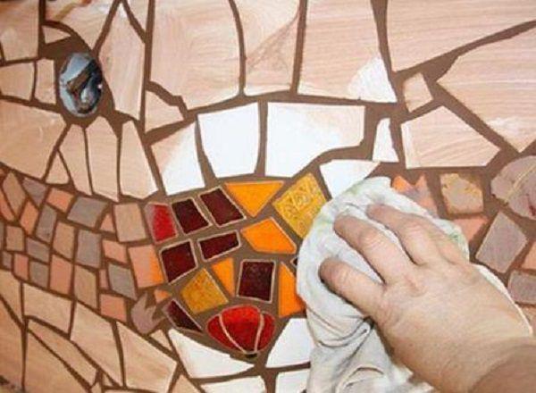 Протираем мозаику после затирки