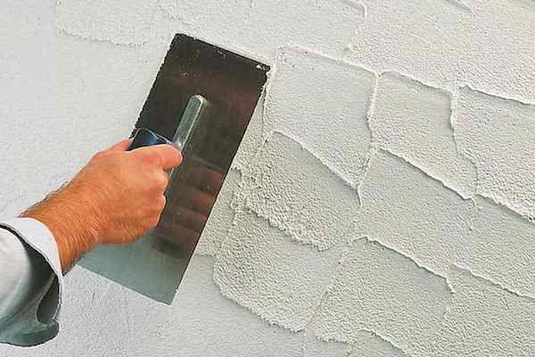 Распределяем смесь по стене