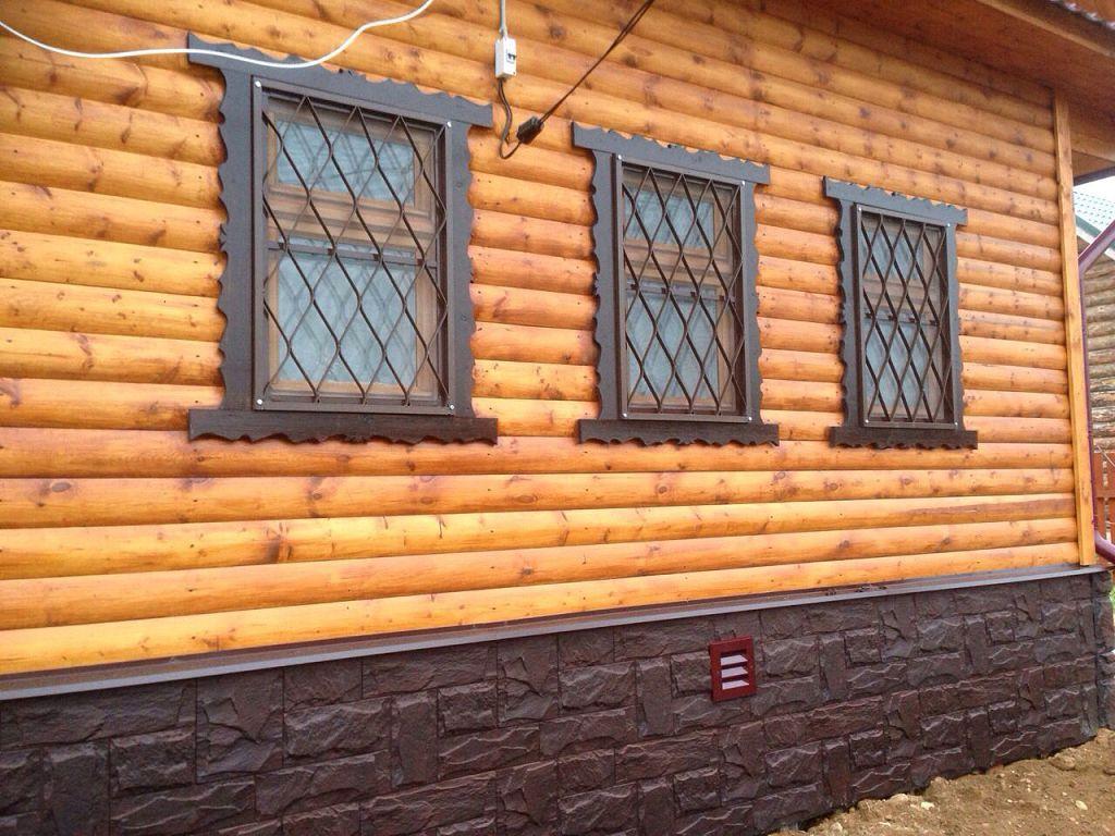 Решетки на окнах деревянного дома