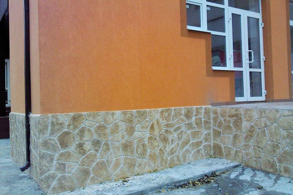 Штукатурка цоколя дома окрашивается тоном, сочетающимся с цветом стен