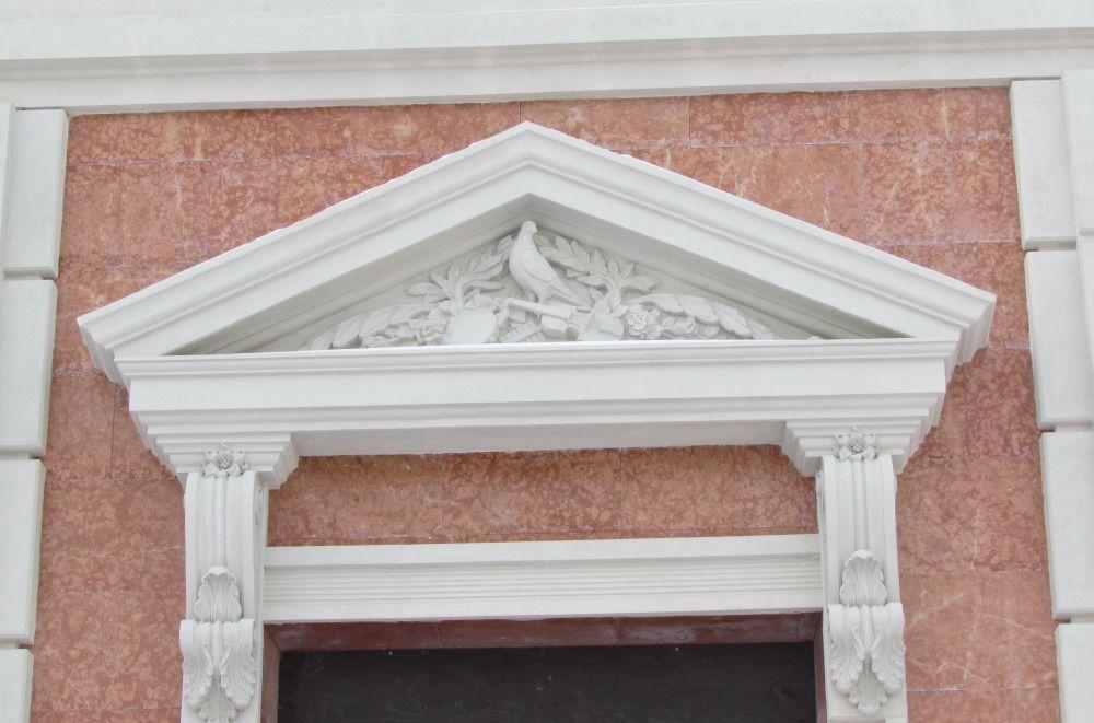 Сандрик — декоративный архитектурный элемент, небольшой карниз, часто с фронтоном, над окном, дверью или нишей