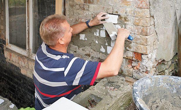 Следующий этап ремонта цоколя своими руками заключается в заполнении пустот подготовленными кирпичиками и закреплении их с помощью кладочного раствора