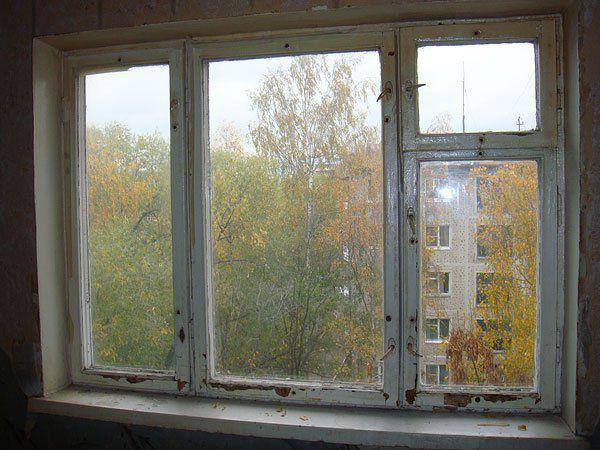 Старое деревянное окно до реставрации