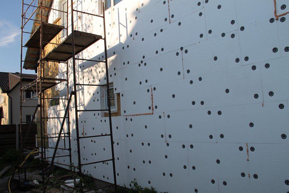 Утепленная пенопластом стена