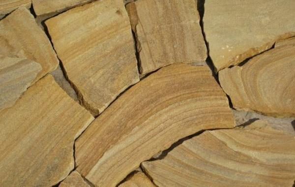 В отличие от гранита и мрамора, песчаник не требует сложных работ, а просто укладывается на цементный раствор