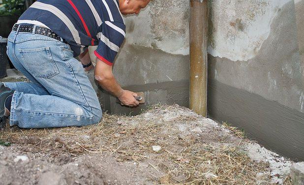 Последний этап ремонта цоколя частного дома заключается в обработке поверхностей, соприкасающихся с землей. Для этого можно воспользоваться гидроизоляционным шламом или битумной мастикой