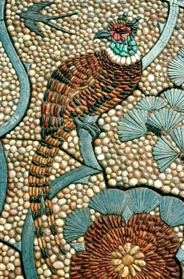 Мозаика из гальки с изображением птицы