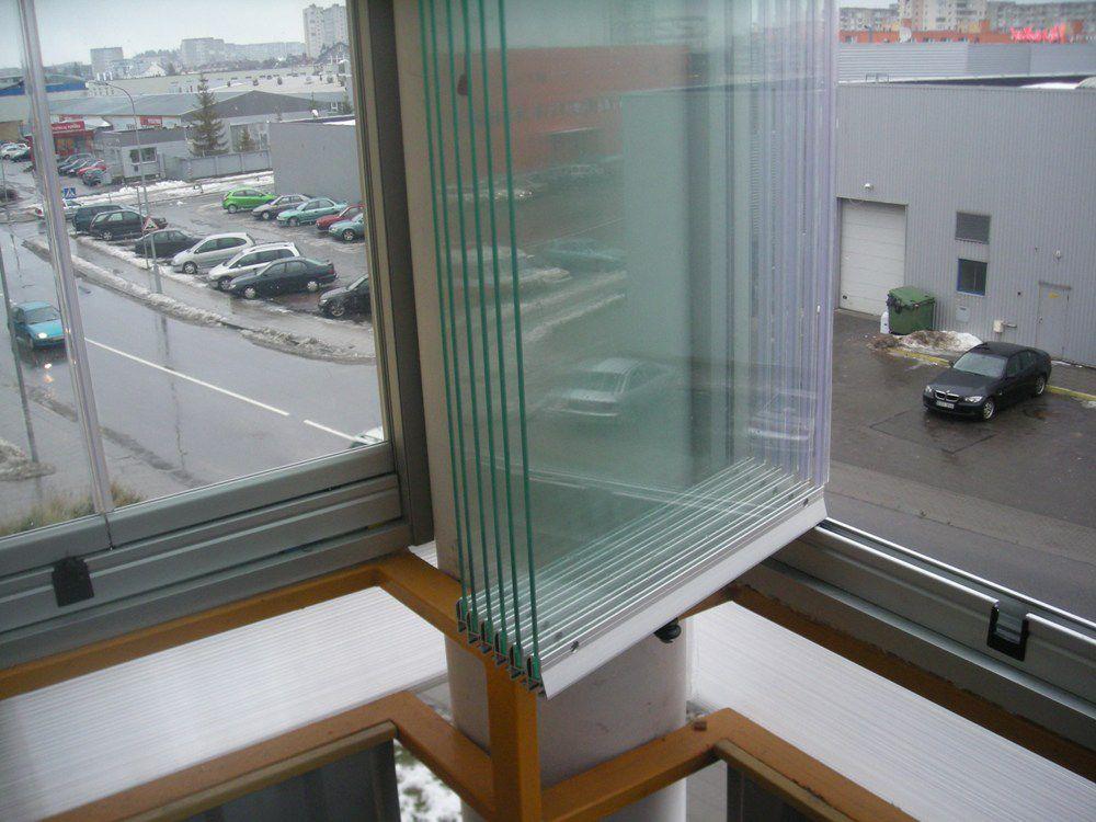 Безрамное остекление балкона. Стекла сдвинуты и сложены книжкой
