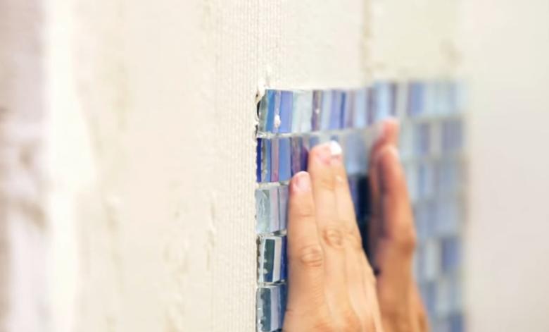 Прижмите полотно с мозаикой к клеевому раствору, нанесенному на стену