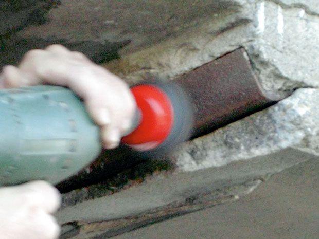 Для очистки от коррозии поверхности всех обнаженных стальных деталей или арматуры применяют дрель с проволочной насадкой