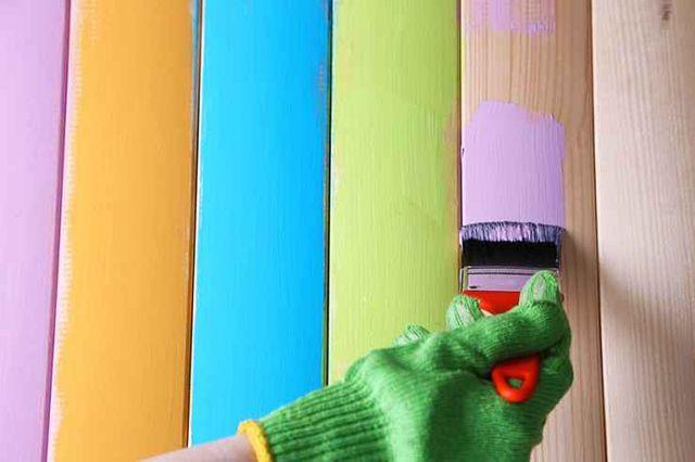 Для отделки деревянных стен можно применять самые разные составы