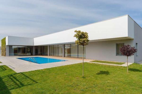 Фасад дома в стиле минимализм, проект с бассейном