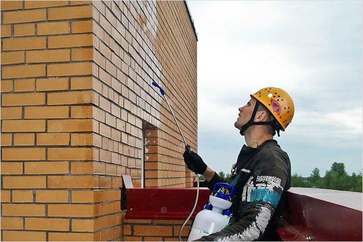 Гидрофобизация фасада (пример распыления средства на поверхность стен)