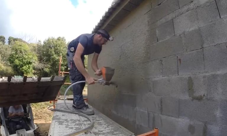 Механизированное нанесение штукатурки ускорит процесс выравнивания стен