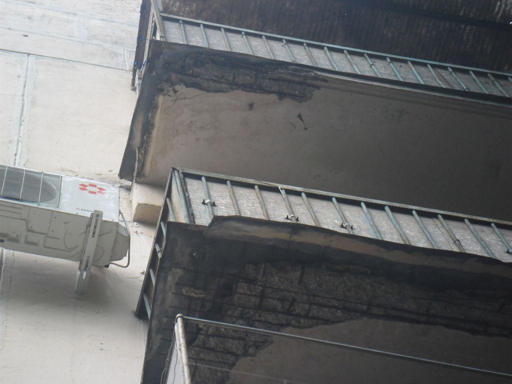 На фото показаны балконные плиты, которые ннуждаются в ремонте