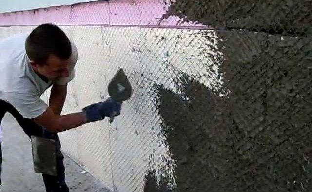 На фото закрепленная поверх ЭППС сетка и набрасывание на нее клеевого раствора