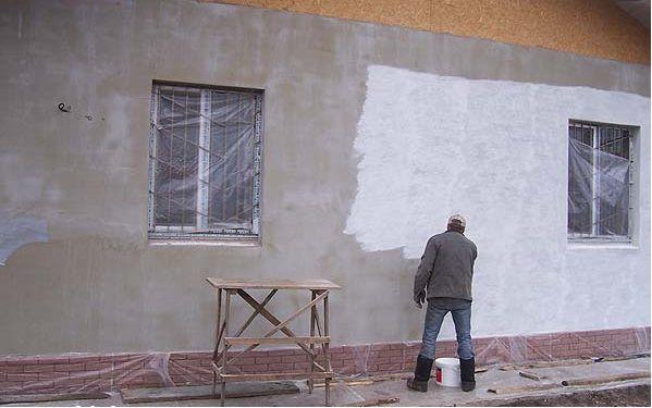 Нанесение фасадной грунтовки