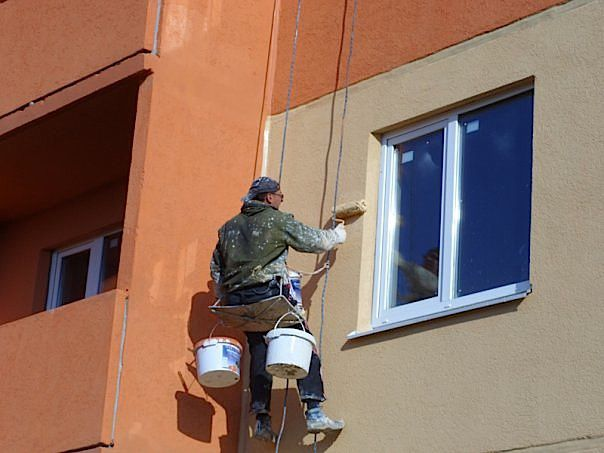 Нанесите краску на отремонтированный участок стены