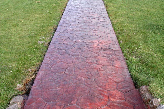 Окрашенная бетонная дорожка