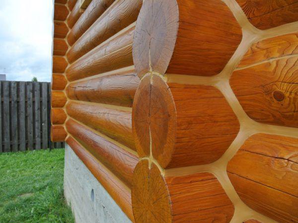 Окрашенная стена деревянного дома