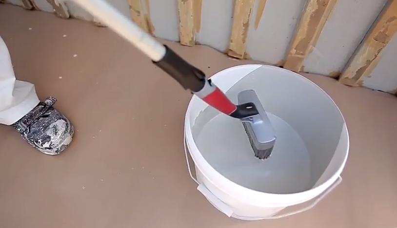 Окунайте кисть в краску на половину длины щетины