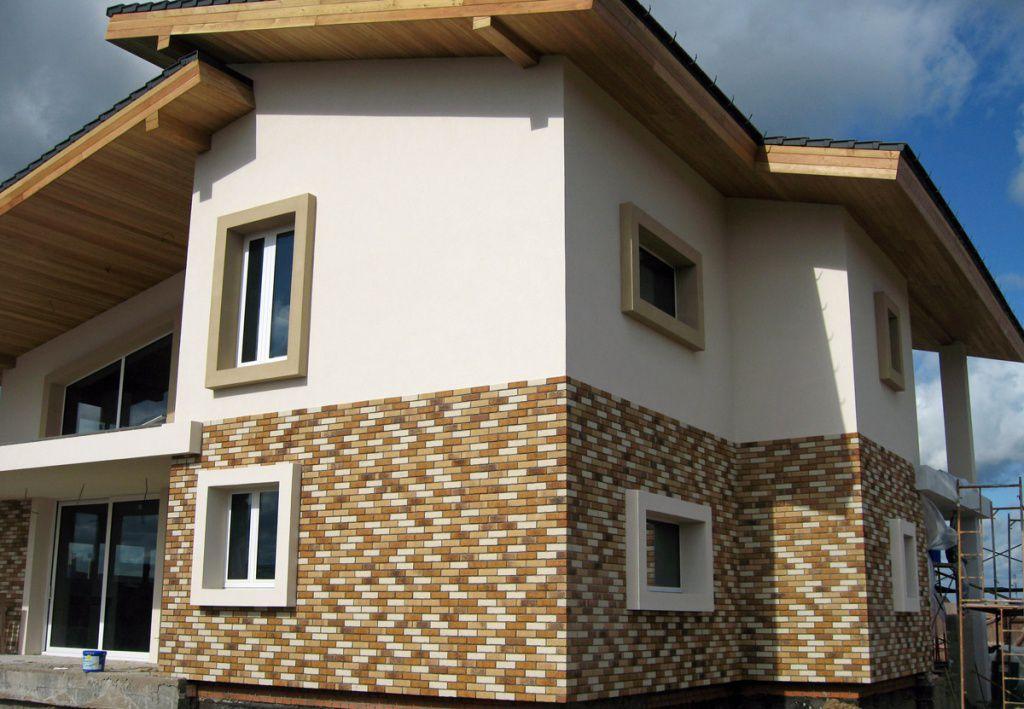 Отделка фасада штукатуркой и клинкерной плиткой