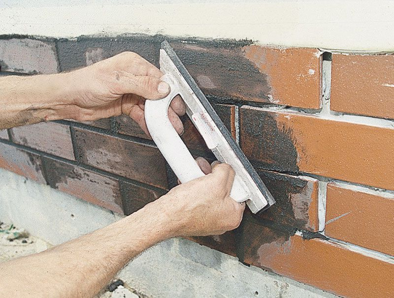 После подсыхания остатки затирки удаляются с плитки губкой движениями под 45 градусов к плитке