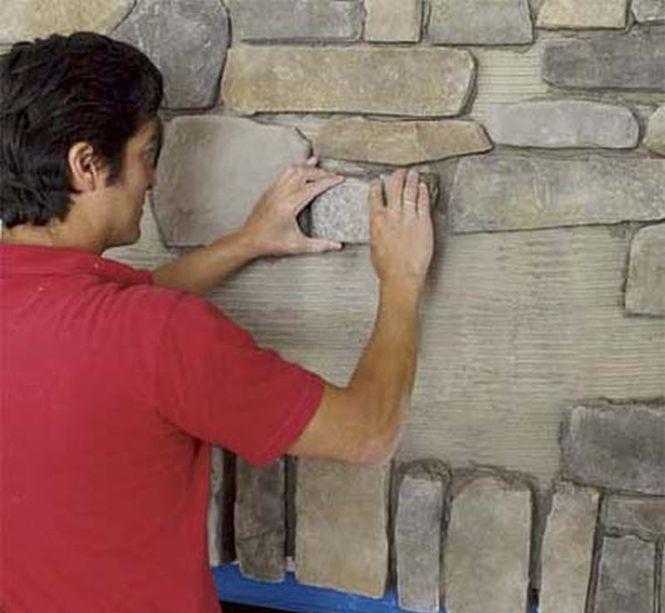 Продолжайте укладку камня, пока не произведете полностью монтаж всего камня, не забывая удалять лишний раствор между плитками