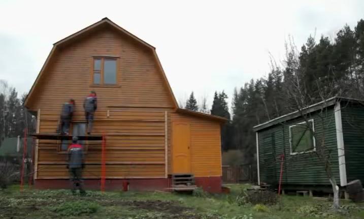 Шаг 5. Крепим обрешетку по всей плоскости стен и на фронтонах крыши