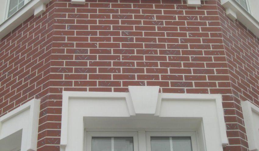 Сочетание клинкерной плитки и фасадного декора
