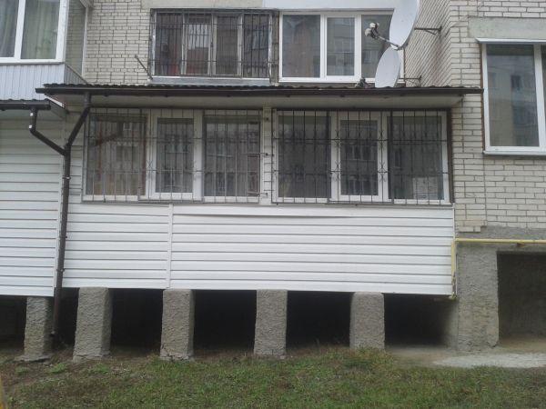 Столбы под балконом