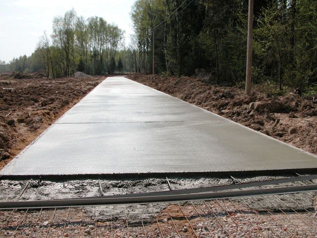 Свежезалитые бетонные дорожки, первый слой без красителя