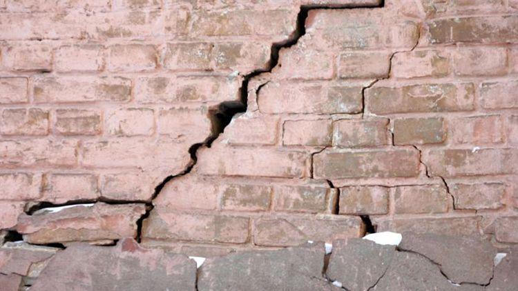 Такую стену нельзя штукатуритьбез предварительного ремонта