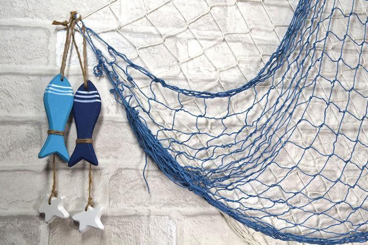 Украшение фасада рыболовной сетью и фигурками