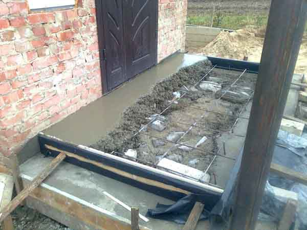 Уложите арматуру на первый слой бетона и залейте раствор