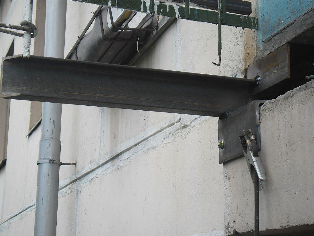 В арматурном каркасе плиты балкона главные стержни лежат перпендикулярно стене и работают на растяжение