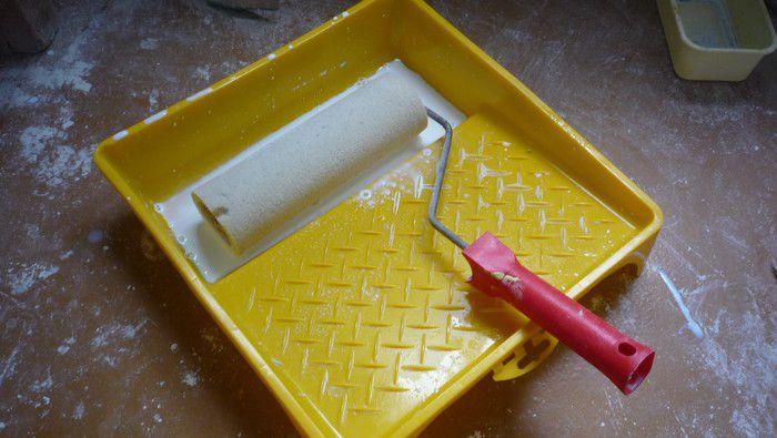 Валик с поролоновой шубкой - прекрасный инструмент для нанесения грунта