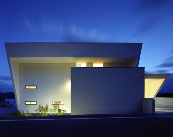Японский минималистский дом на склоне с интересной подсветкой стен