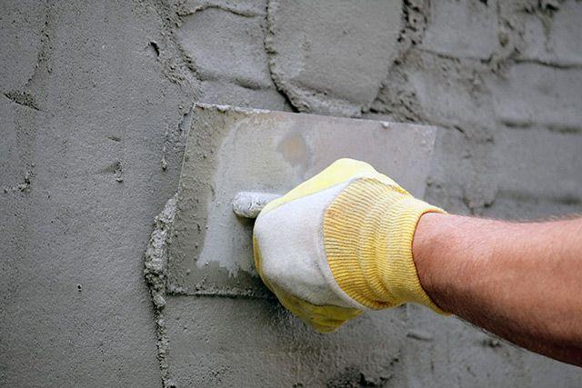 Заново оштукатурьте стену, если дефектов слишком много