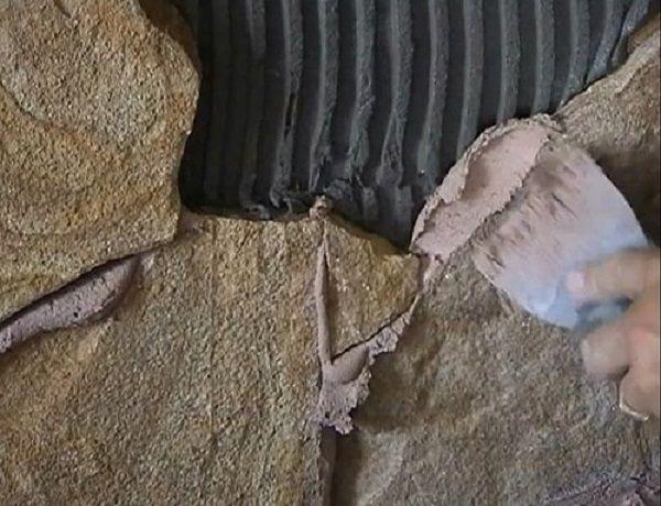 Затирку накладывайте шпателем 3-5 см шириной в таком количестве, чтобы следующий камень имел соприкосновение с ней по всей грани