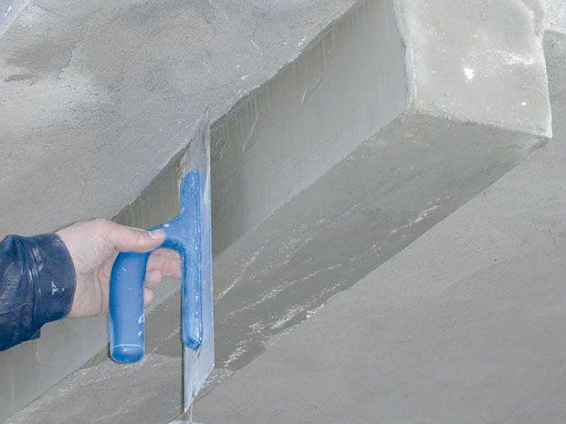 После наложения слоя шпаклевки его поверхность ровняют металлической гладилкой