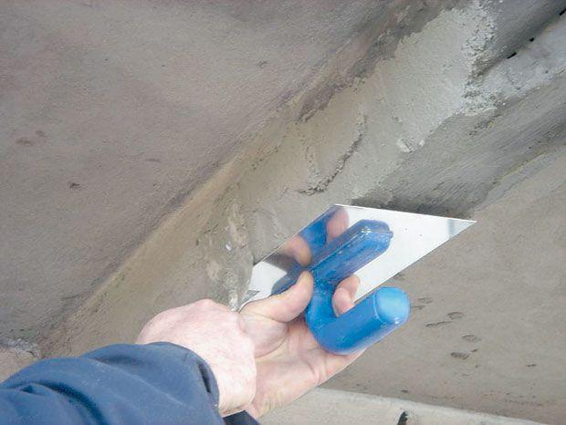 Ремонтируемое место покрывают несколькими слоями ремонтного раствора, не забывая о нанесении между ними связующего слоя