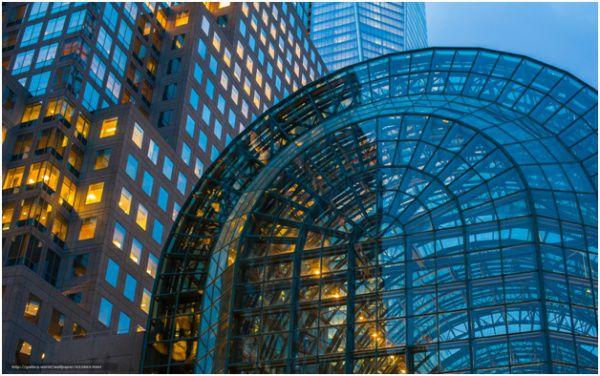 Полуструктурные фасады также создаются с помощью структурного остекления, но есть здесь и ряд отличий от полностью структурных фасадов