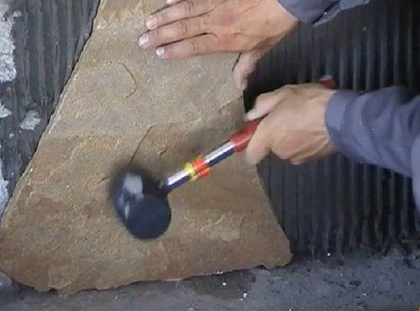 Для более плотной установки подбейте камень резиновым молотком